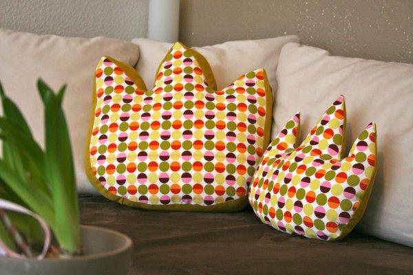 Hol Dir den Frühling ins Wohnzimmer! Und zwar mit fröhlichen Tulpen –mal nicht in der Vase, sondern auf dem Sofa! Genäht aus fröhlichen Lieblingsstoffen! Es gibt sowohl eine große als auch kleine Variante. Für die große Tulpe brauchst Du etwas...