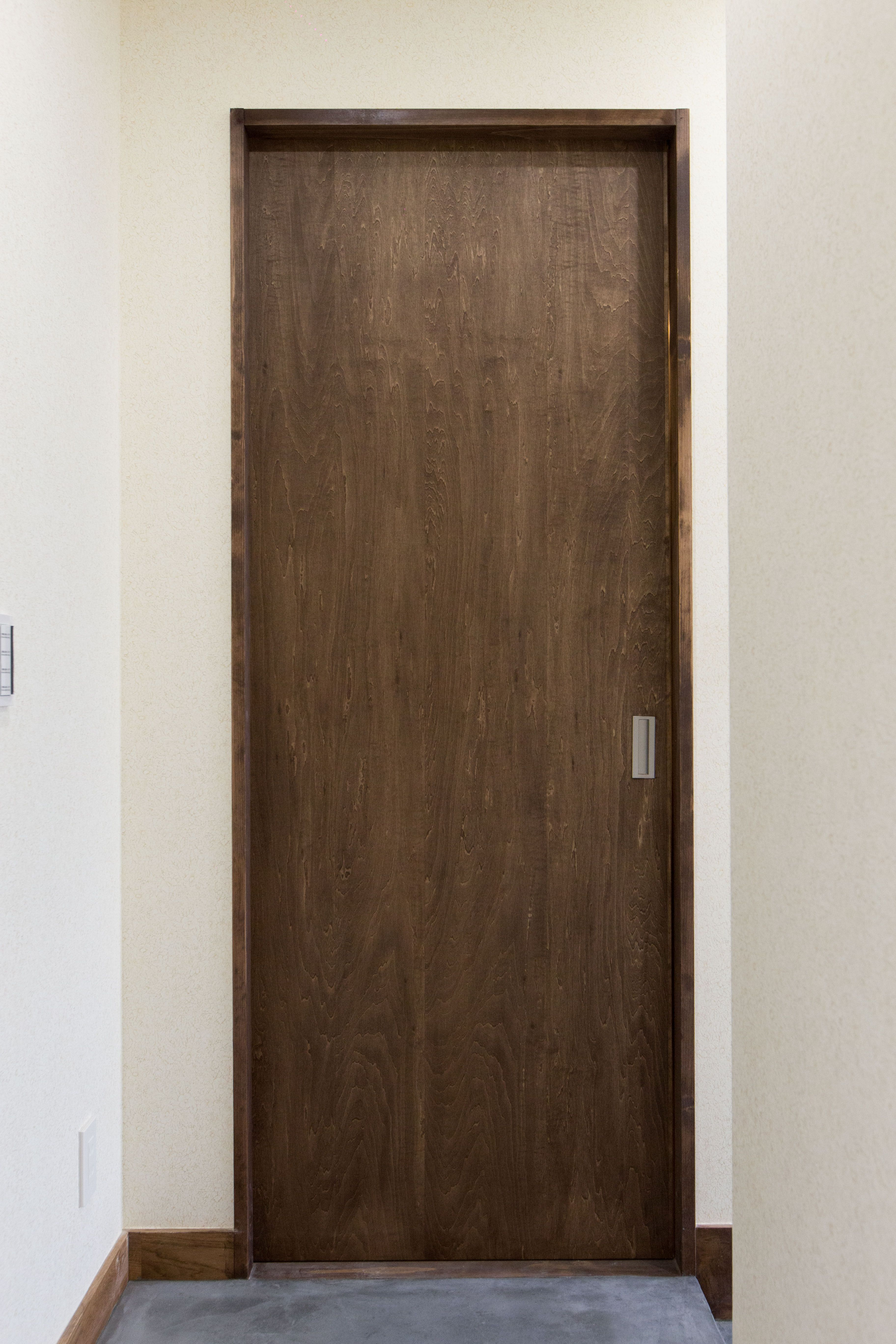 扉も落ち着いたブラウンでシックな印象に 扉 引き戸 木目調 ドア