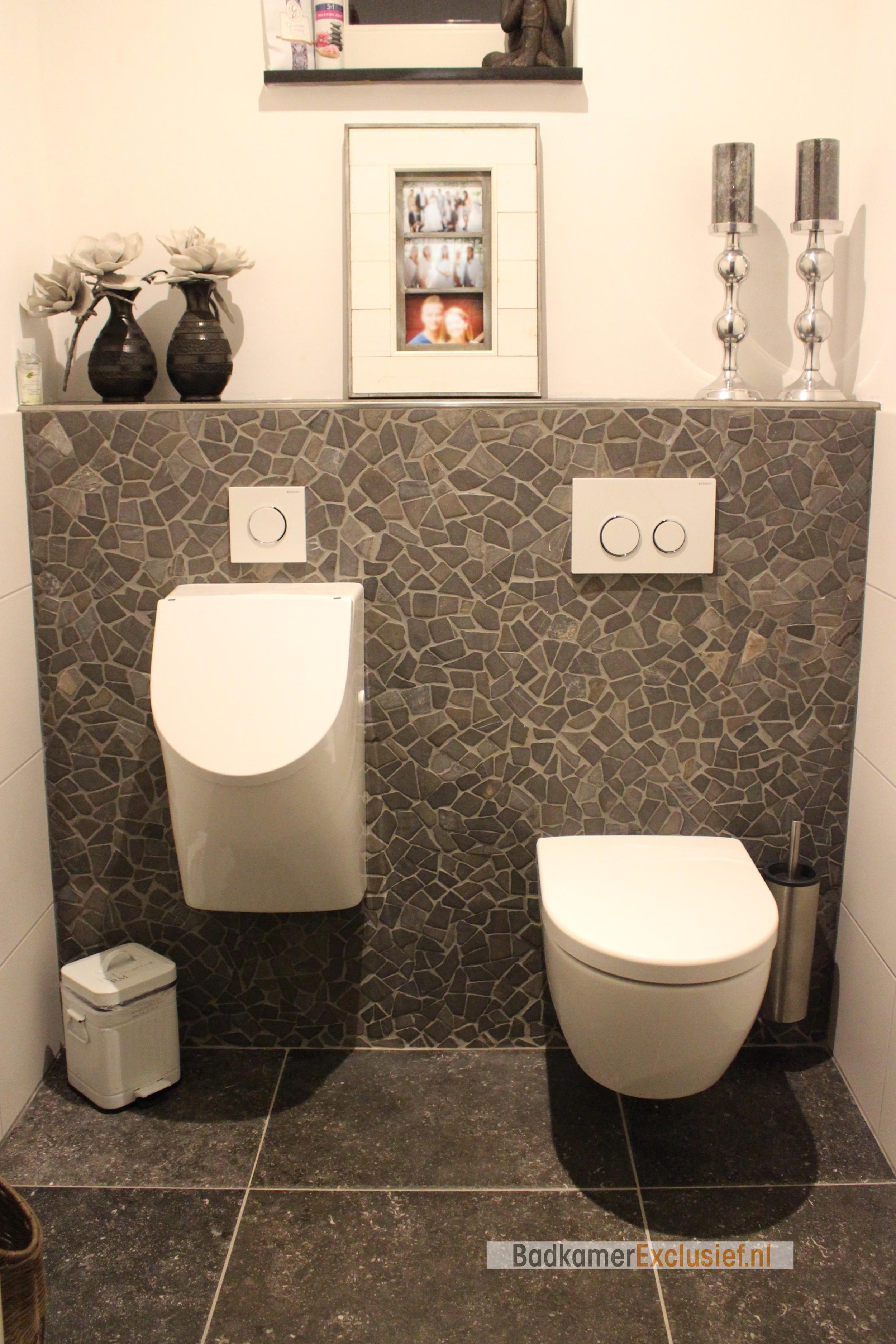 Toilet met een achterwand van getrommelde marmeren mozaïektegels ...
