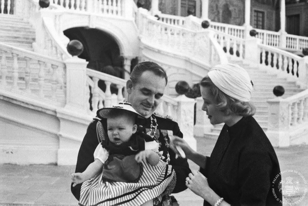 La princesse Grace et le prince Rainier tenant dans ses