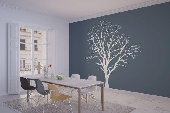 Dieses wunderschön detaillierte Kahler Baum bringt ein Gefühl der