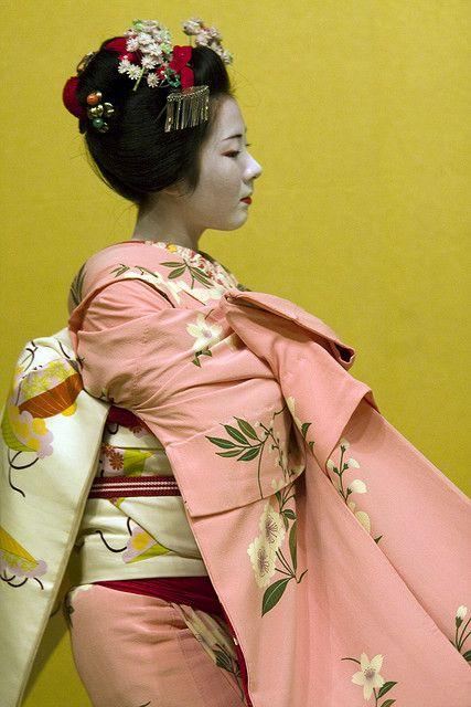 Kyomai (traditional Kyoto dance). Maiko Kimichiyo from Gionkobu. S) Subdued colors with pattern mixing
