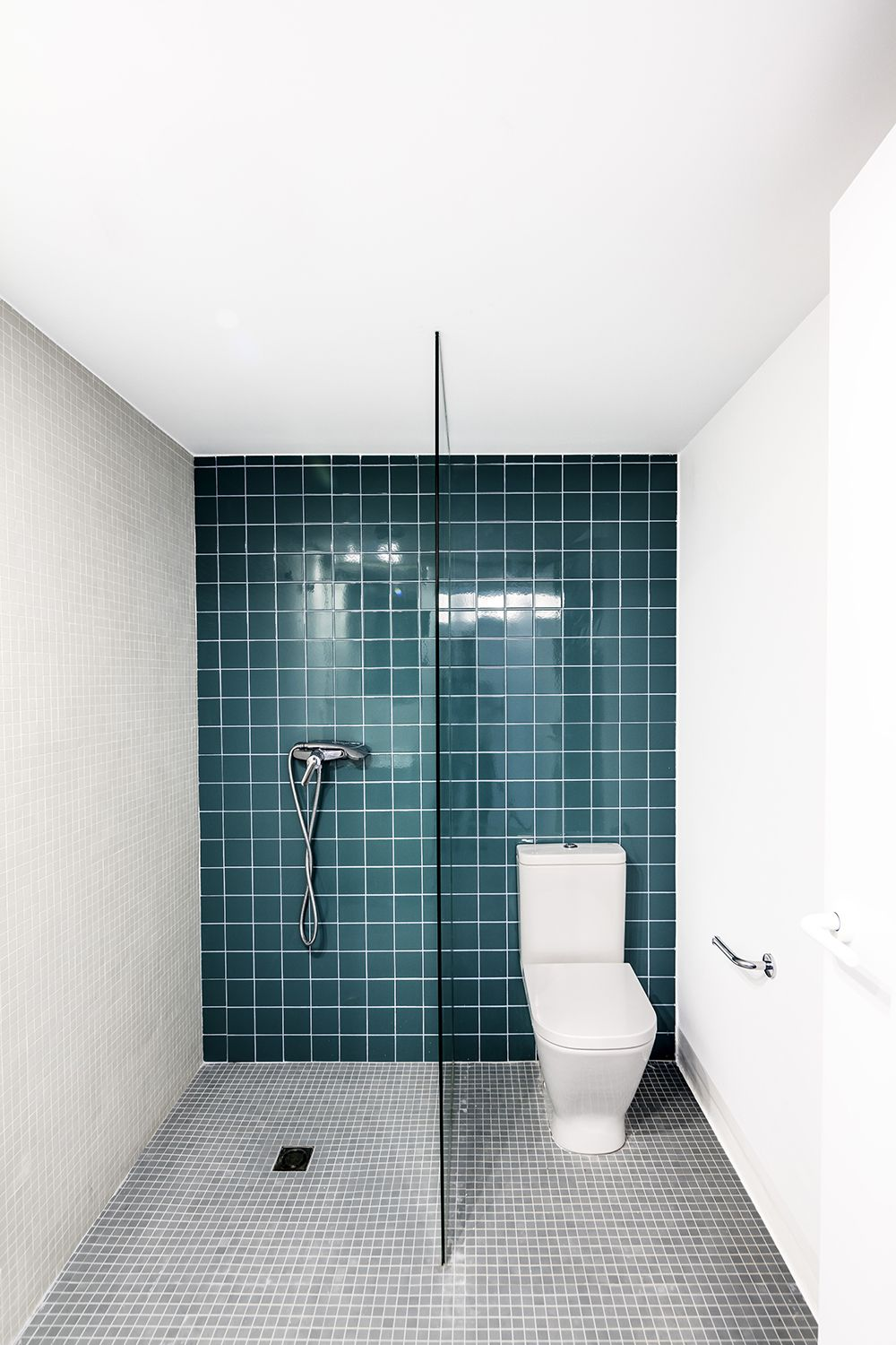 BLUE & GREEN BATHROOM TILES | THE STYLE FILES Nice detail of border ...