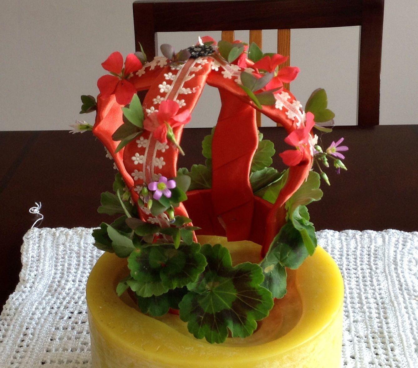 Corona de monja, adornada con cintilla y vegetación natural.