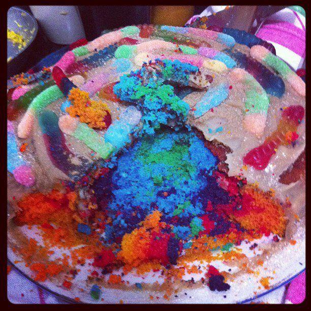 Bolo de aniversário da Jéssica de minhocas na terra! De banana, canela, e chocolate, colorido por dentro.