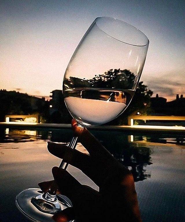 снимки фото фото бокала вина в руке ковра одной