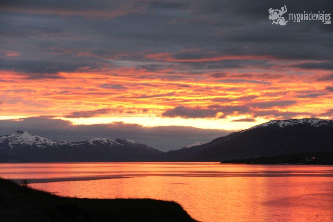 Sol de medianoche en Akureyri, Islandia