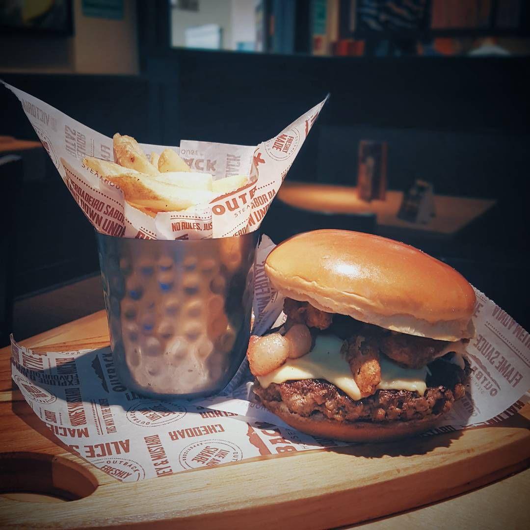 """1,099 curtidas, 22 comentários - Camila Gomes (@blogsenhorita) no Instagram: """"Pode sanduba no almoço? Pode hehehe 🍔 @outbackbrasil está com um festival de burguers inspirados…"""""""