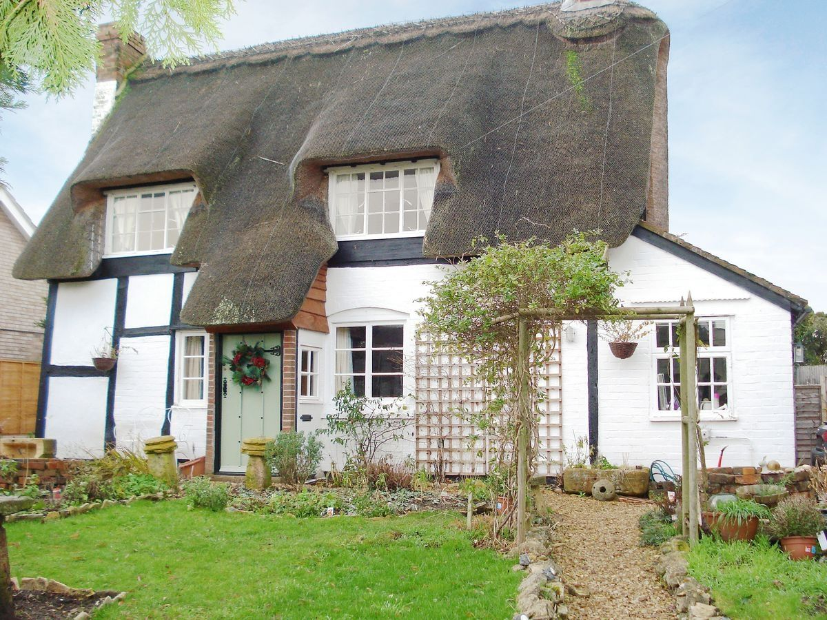 OVERVIEW Set in the quiet Worcestershire village of Lower Moor, Staddlestones Cottage is a detached, Grade II listed 16th-century, period holiday cottage with a thatched roof and oak floors which lies on the cusp of three counties, where guests will findPet Travel Venue
