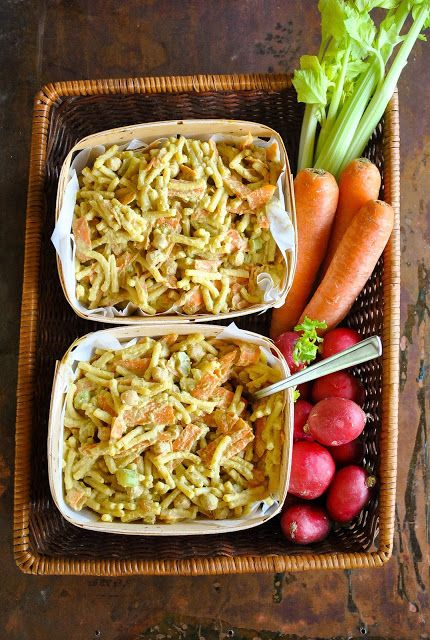 Creamy pasta salad with crunchy carrots and chickpeas #vegan