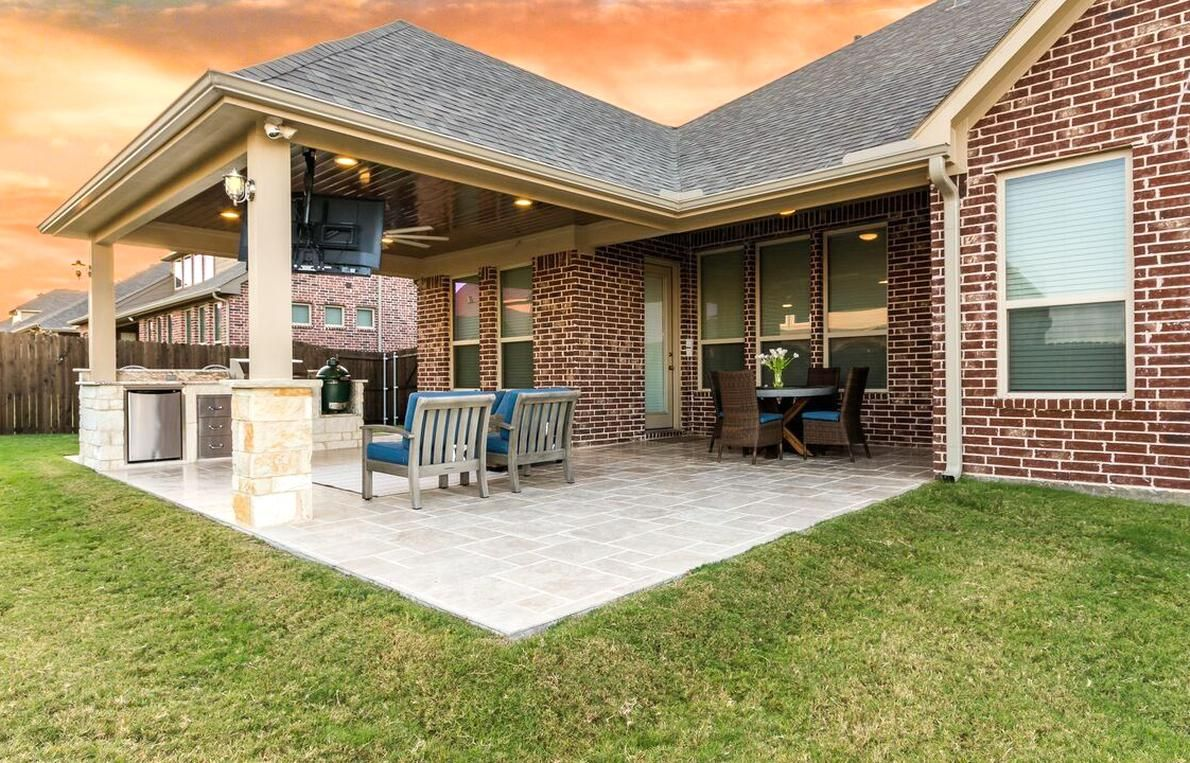 Hip Roof Patio Cover Attached To The House With Outdoor Kitchen And Travertine Tile Flooring En 2020 Patios