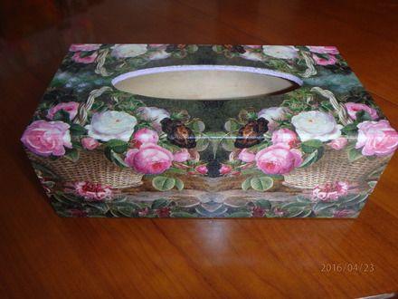 boîte en bois à mouchoirs peint et décorée suivant la technique du