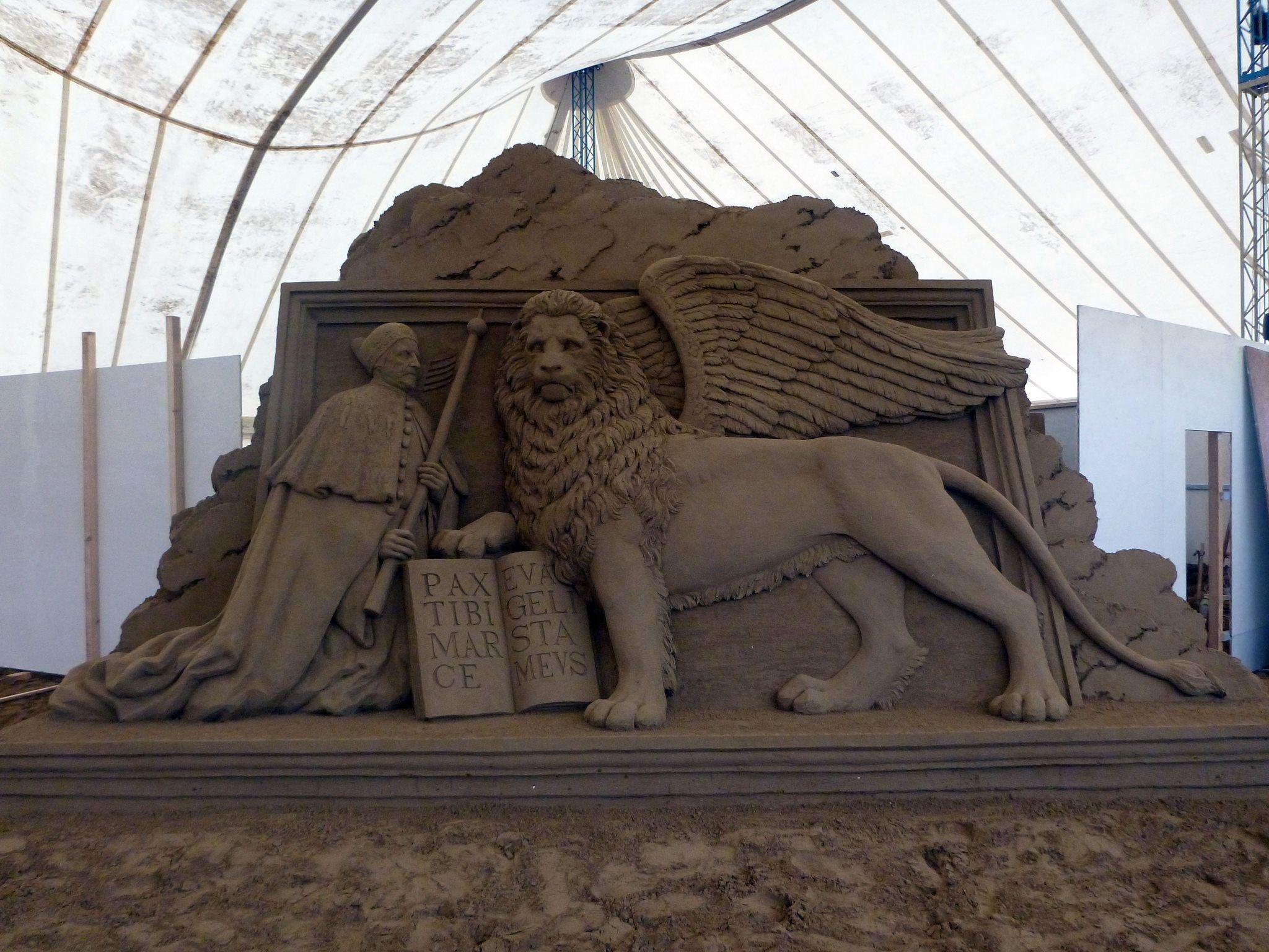 Il leone di San Marco con il Doge - Sand sculpture by Susanne Ruseler. Jesolo, Italy, 2012.