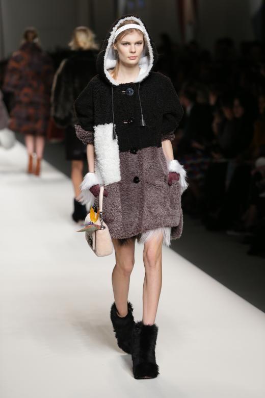 Ein weiterer Look der Fendi-Kollektion: Ein weicher Teddy-Mantel in drei Farbtönen.