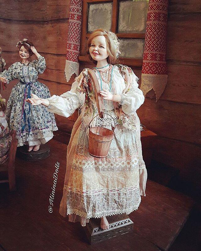 Матрена. Хорошая примета встретить бабу с полными ведрами😄 Вам обязательно повезет! #русскаяизба #коромысло #ручнаяработа #кукларучнойработы #купитьподарок #кукольныймир #roombox #русскаянародная #dolls #russian #russian #русскаянародная #малыекарелы #выставкакукол #ooak #artist #artdoll #подвижнаякукла