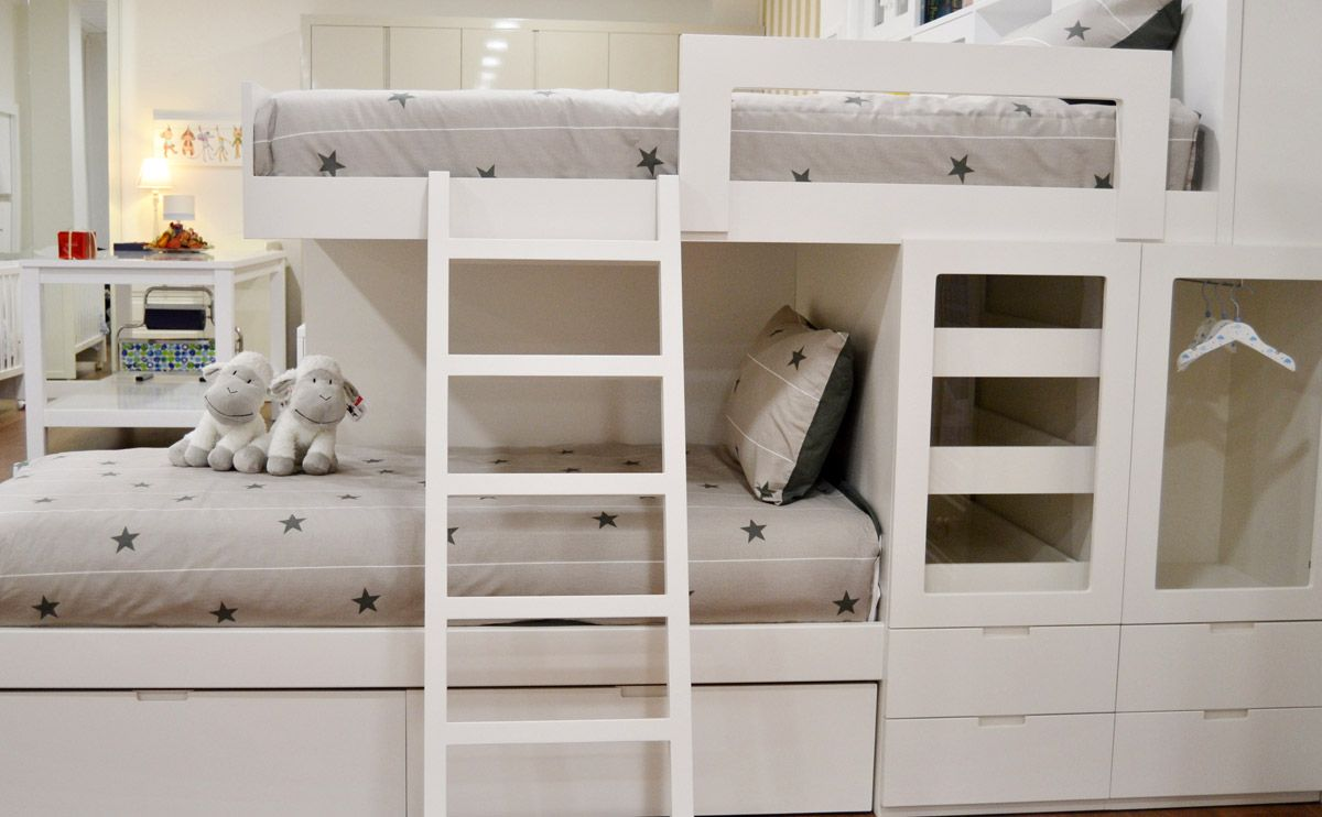 Dormitorio tipo tren compuesto de dos camas en disposici n for Cuartos para ninas literas