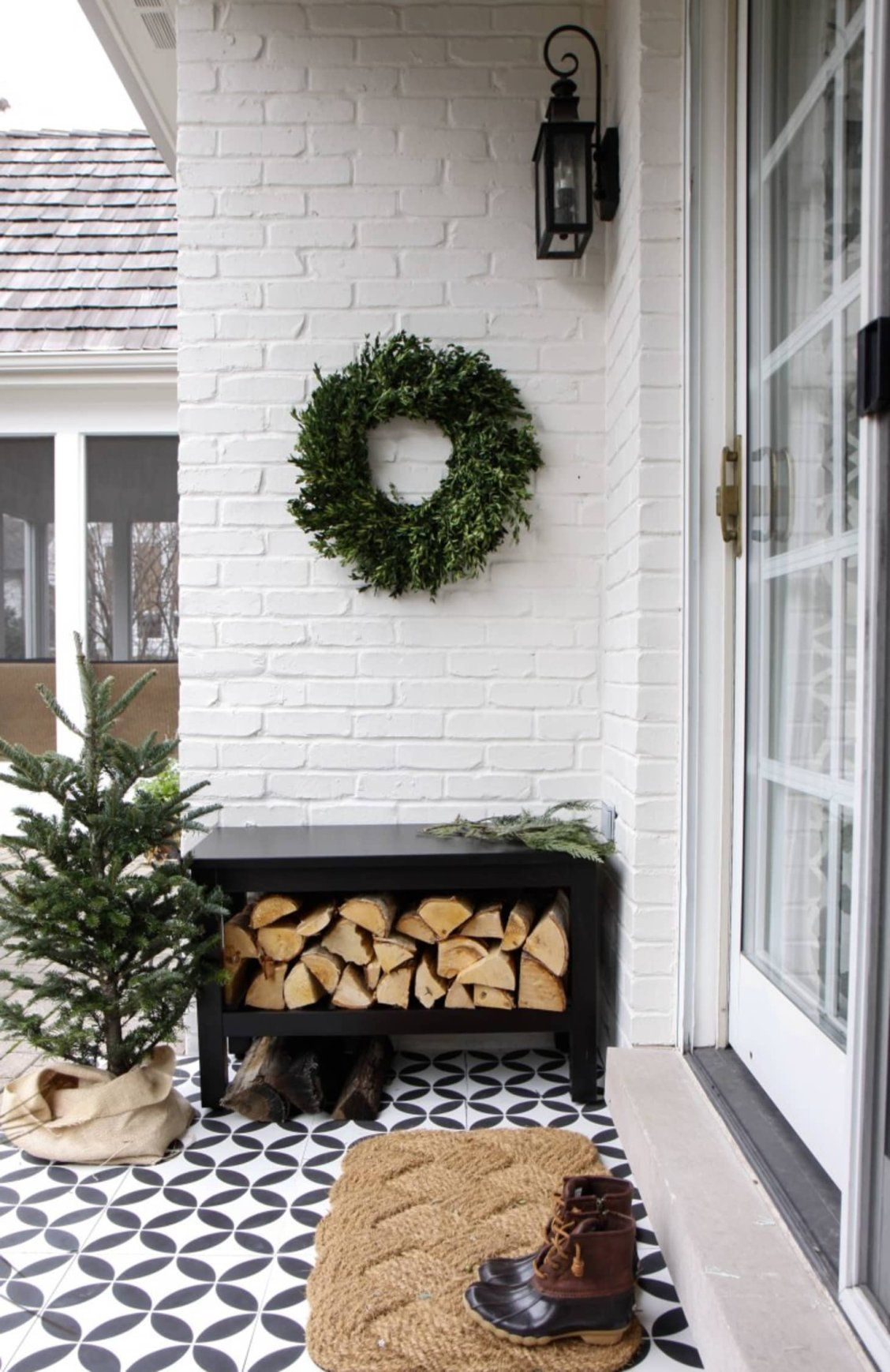 These minimalist Christmas decorating ideas will have your home looking festive and holiday-ready, without a reindeer or snowman in sight.  |  #Holiday #HolidayDecorating #ChristmasDecorating #Wreaths #OutdoorChristmasDecorations