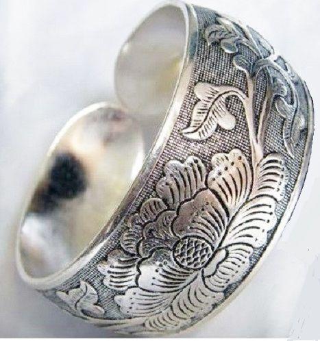 Bracelete desenhado com motivos étnicos , com prata tibetana. Linda peça! Já no site da #PetitCloset