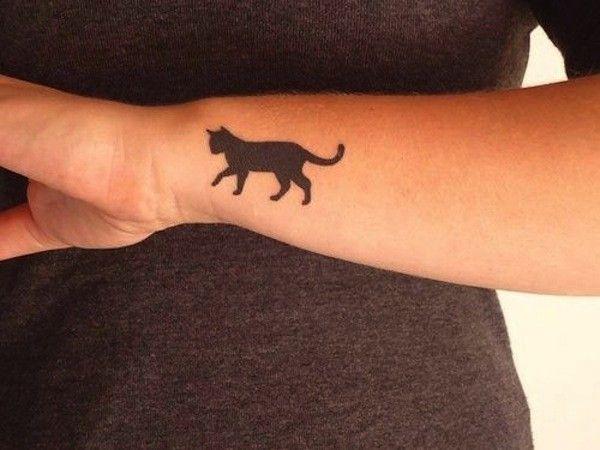 Tatuaggio gatto nero sul braccio