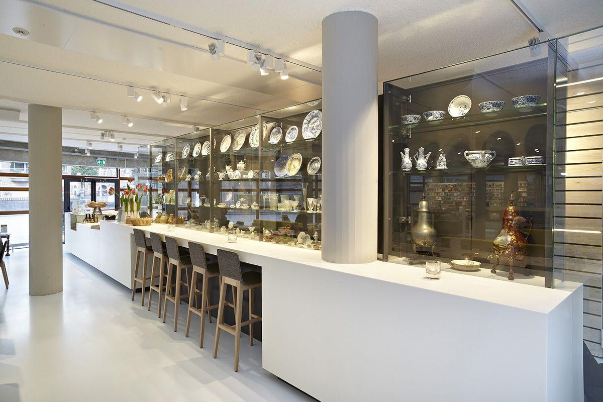 Museum interieur bar horeca vitrines op plaat himacs bar op maat ...