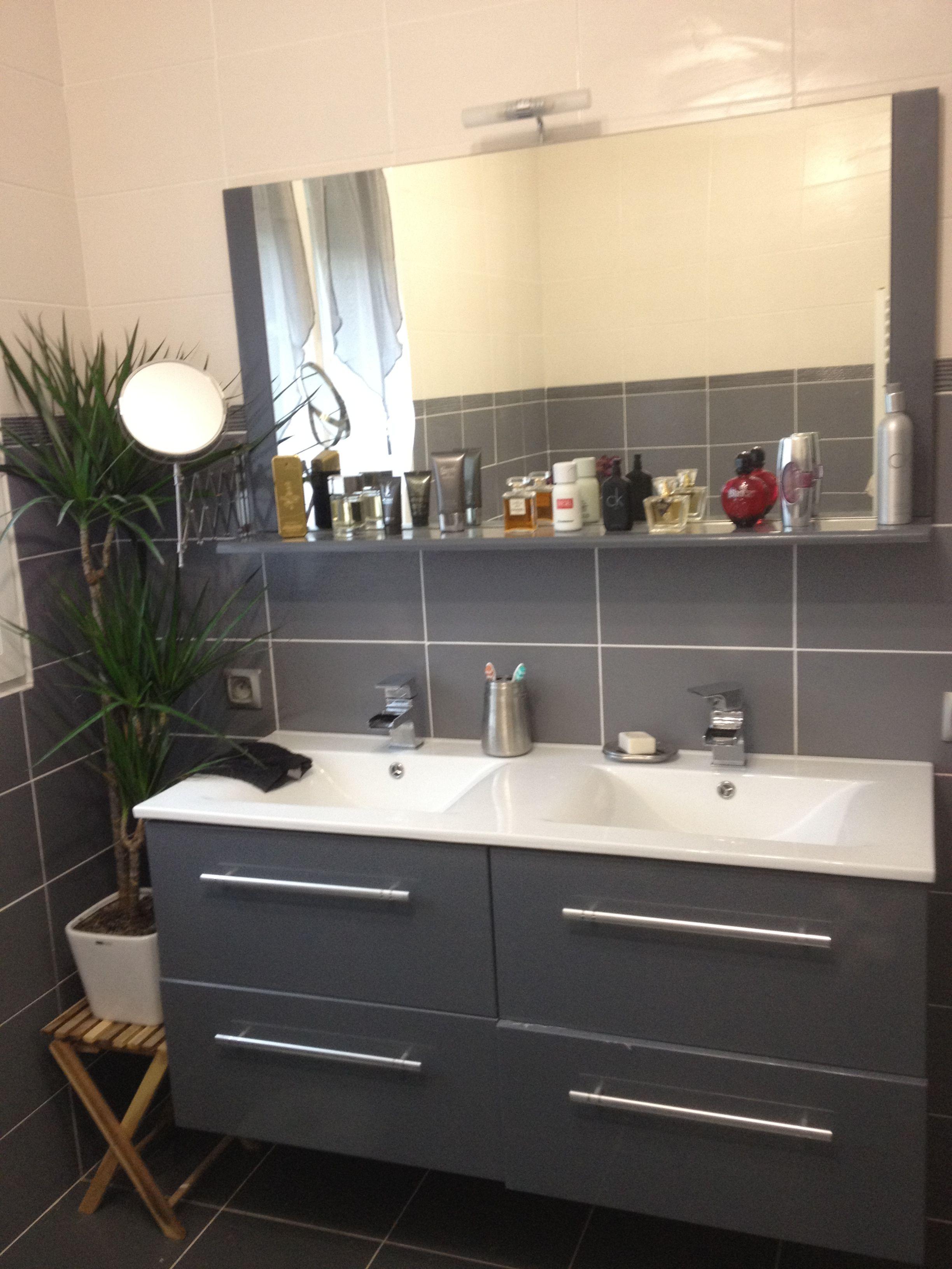 Salle de bain grise et blanche recherche google salle - Faience salle de bain blanche ...