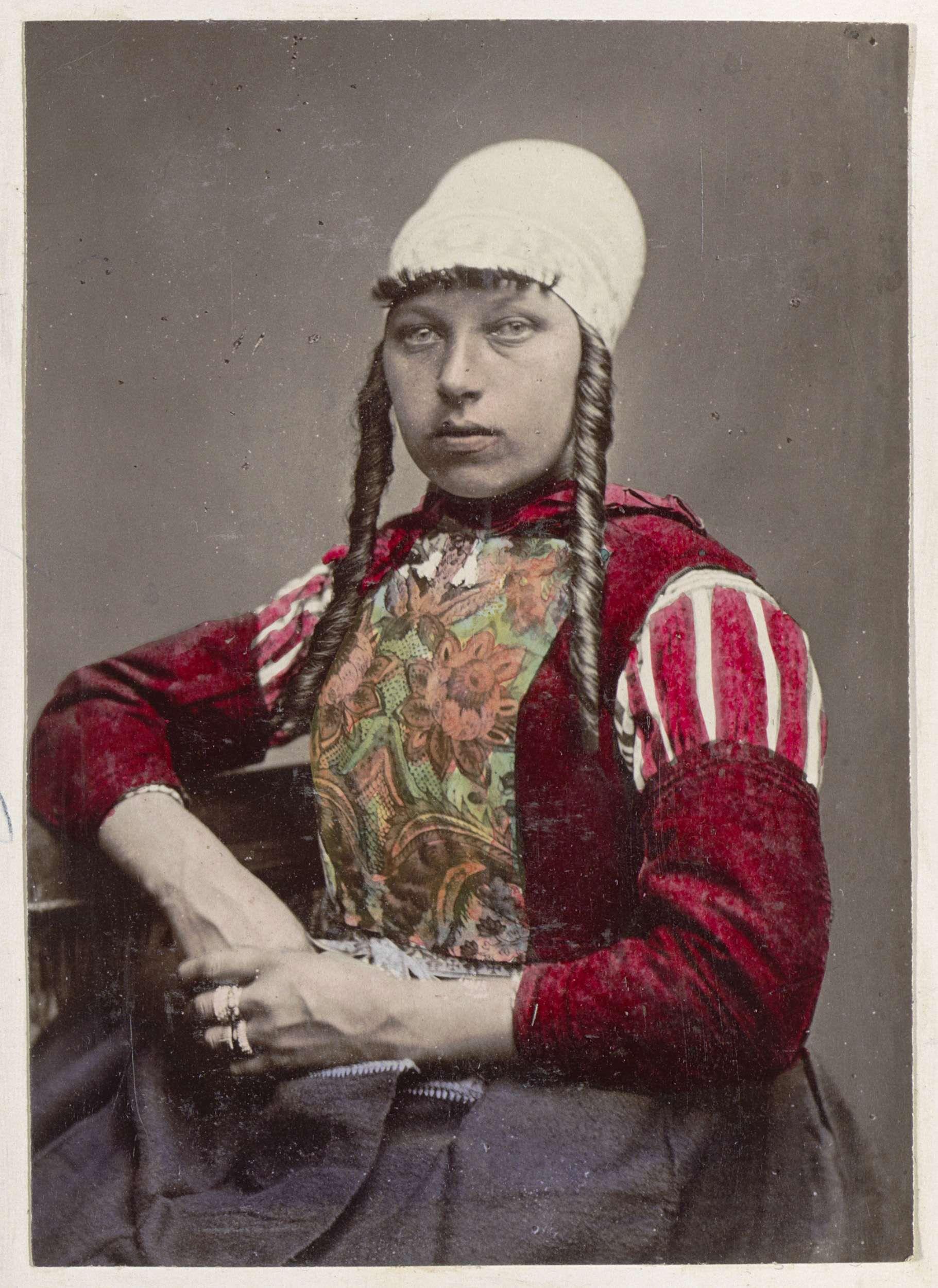 Andries Jager | Portret van een vrouw in de klederdracht van Marken, Andries Jager, 1878 - 1890 | Onderdeel van Reisalbum Europese steden, vermoedelijk Zweeds.
