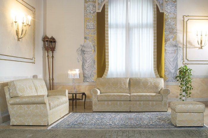 Divani classici rivestiti in tessuto damascato effetto lucido. Il ...