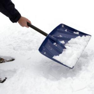 Spray wat bakspray op je sneeuwschep en er zal geen sneeuw aan blijven plakken.
