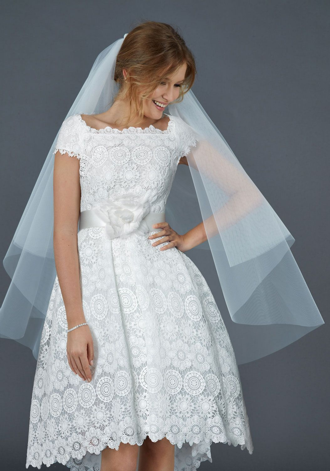 Short ball gown in macramé lace with square neckline and cap