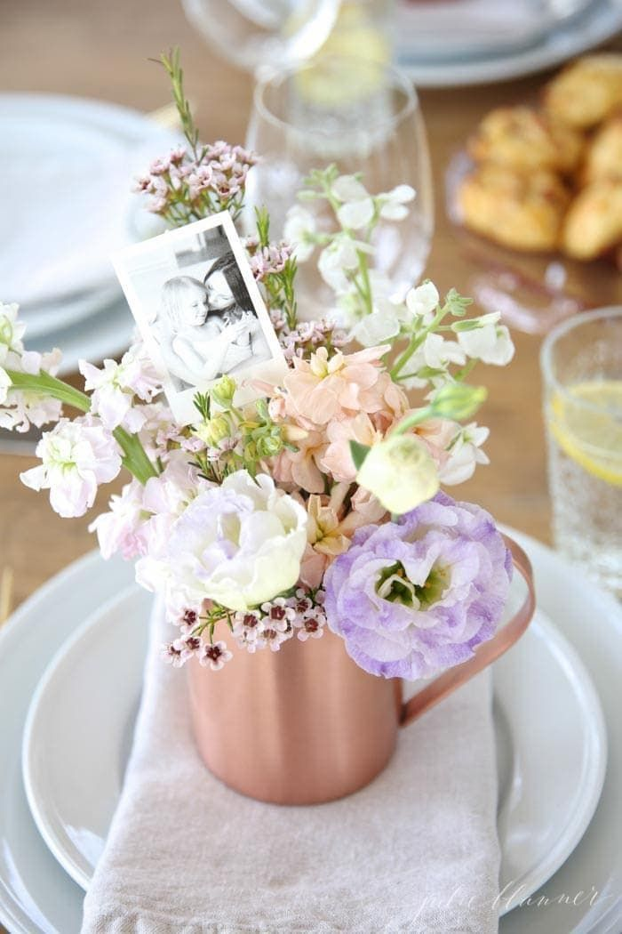 Beautiful Mother's Day brunch table setting idea with diy flower arrangements that double as take home favors. #mothersday #tablesetting #brunch #flowers #centerpiece