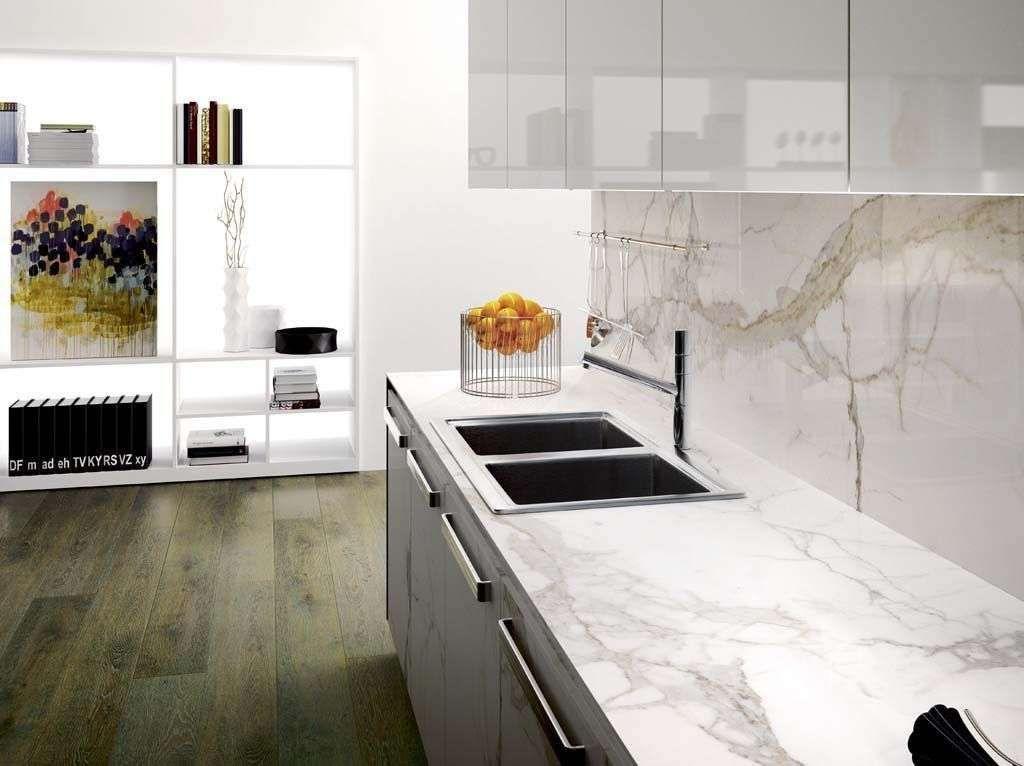 cr dences color es pour cuisine enjou e cr dence marbre blanc et plans. Black Bedroom Furniture Sets. Home Design Ideas