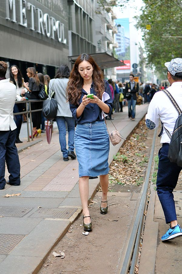 denim midi skirt and dark blue shirt | Outfit Inspiration ...