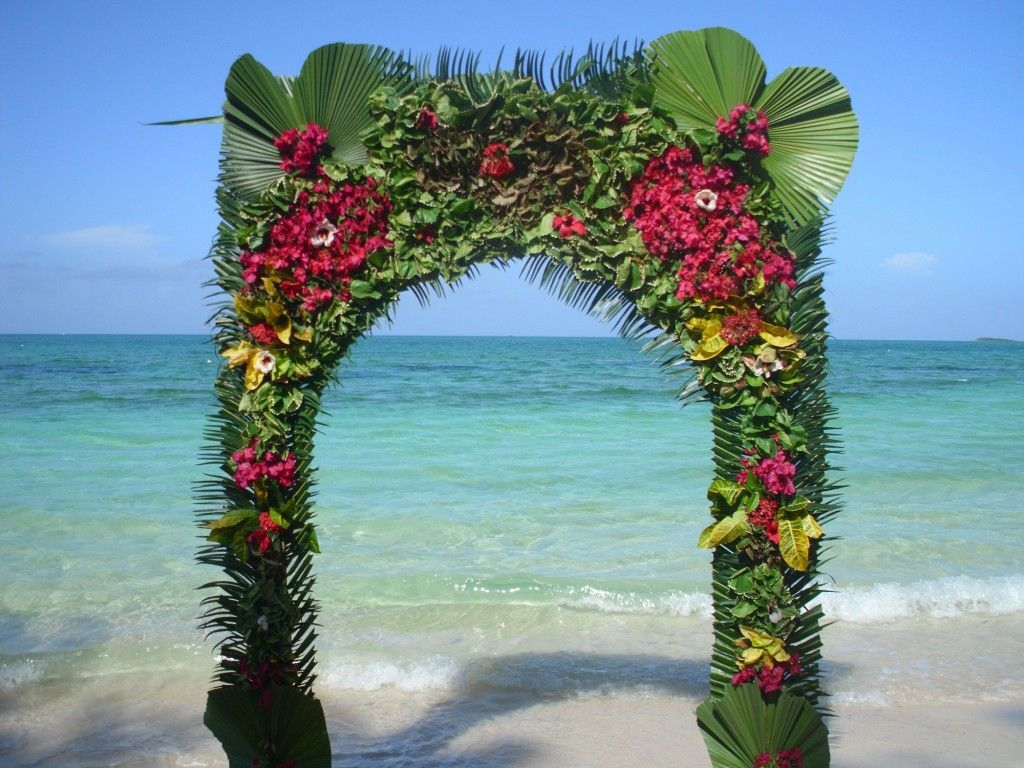Awesome out door wedding decorating in a beach with flower for Arch decoration pictures