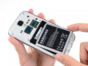 Schtitt 4 Legen Sie Ein Kunststoff Offnungswerkzeug Oder Ihren Finger In Die Aussparung Des Batteriefachs Und Heben Sie Den Samsung Galaxy S4 Sim Karte Handy