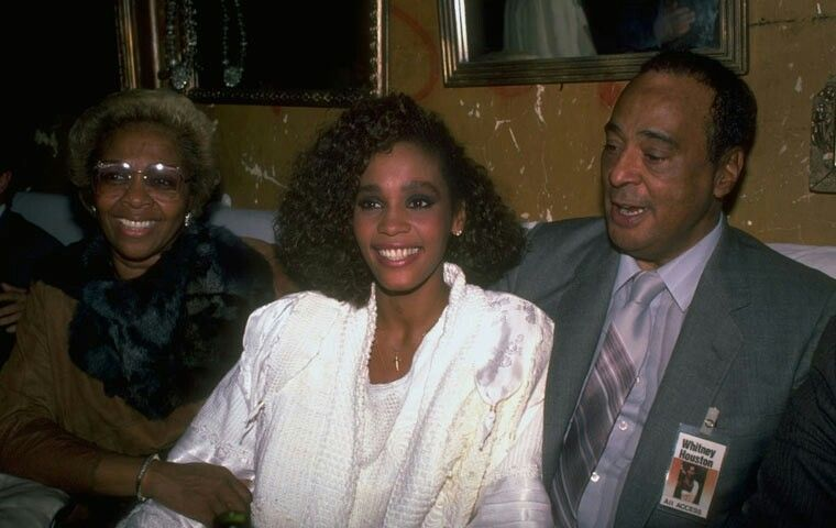 Whitney Houston With Her Parents During The Early Days Of Her Career Whitney Houston Whitney Houston Biography Cissy Houston