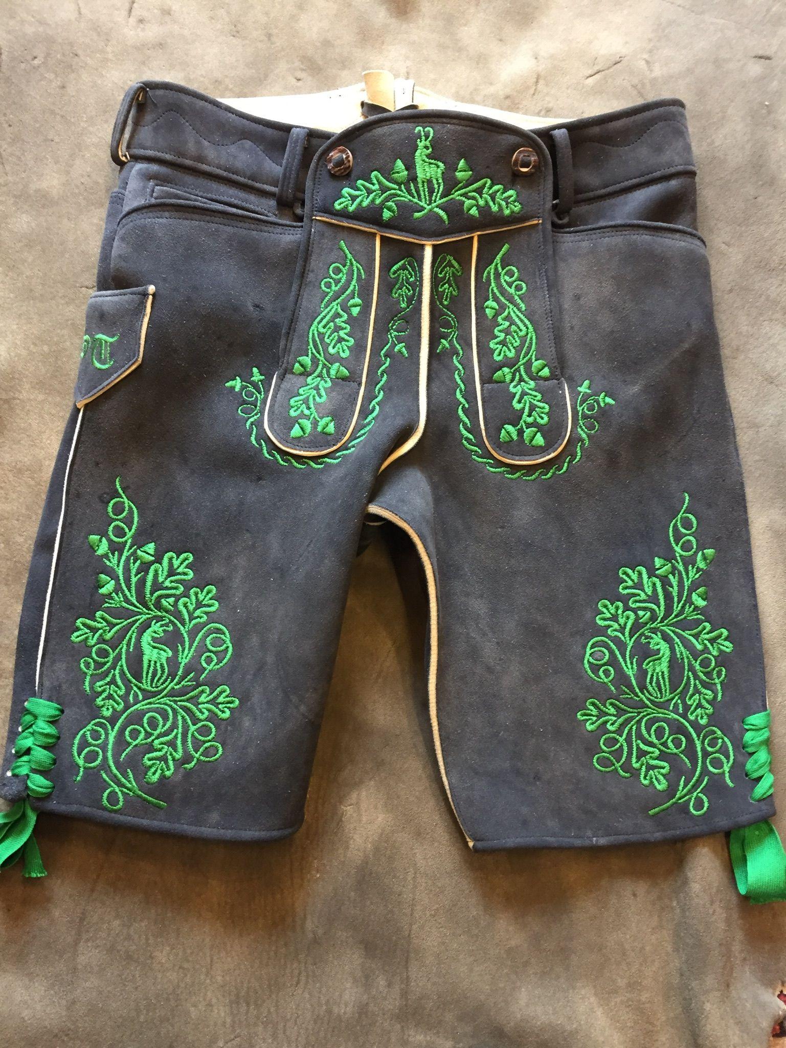 Kurze Hirschlederhose auf Maß gefertigt mit grüner Säcklerseide bestickt.  Trachten Herren 76ea642c31