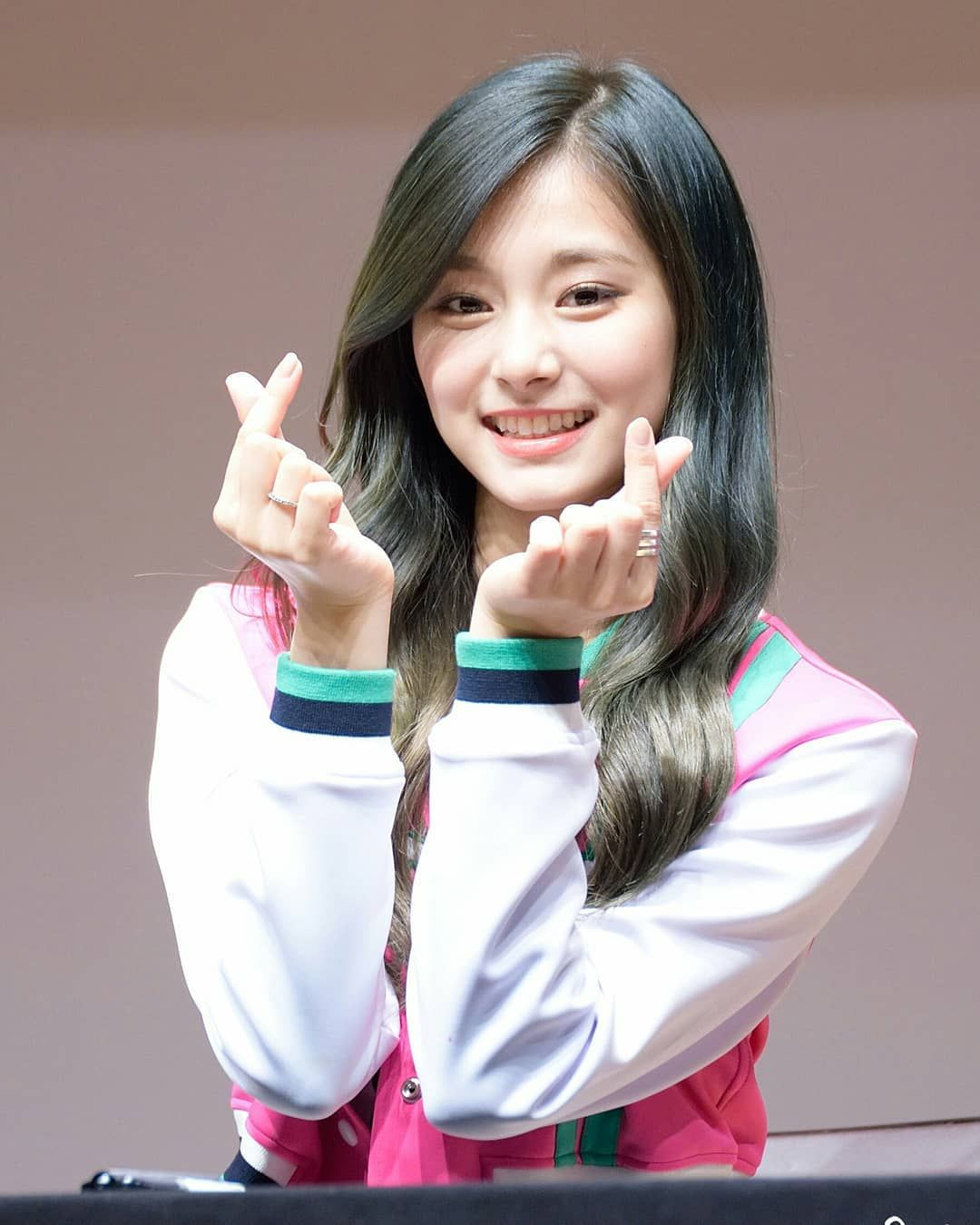 Did You Receive Tzuyu S Love A Compilation Post Of Tzuyu S Finger Heart C Good Evening Once Tzuyu Momo Sana Gadis Lucu Gadis Korea Selebritas