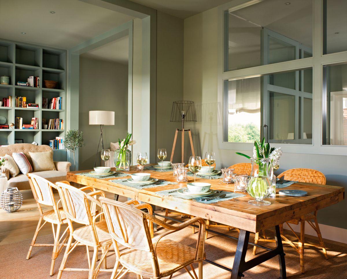 Comedor con paredes de color verde, mesa y sillas de madera natural ...