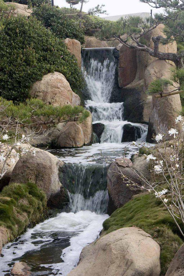 10 Beautiful Backyards with Waterfalls Fuentes y jardines