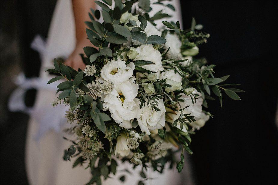Den Ganzen Artikel Findet Ihr Auf Thetruebride Com Standesamtliche Trauung Standesamtkleid St Standesamtliche Trauung Turkische Hochzeit Weisser Blumenstrauss