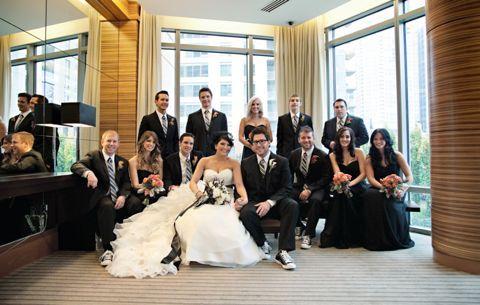 Modernissímo, as damas de honra de preto, o noivo e os padrinhos de tenis e a noiva com complementos pretos cabeça e mãos....