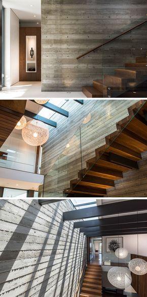 Esta casa tiene una escalera de madera flotante, sistema contra muro