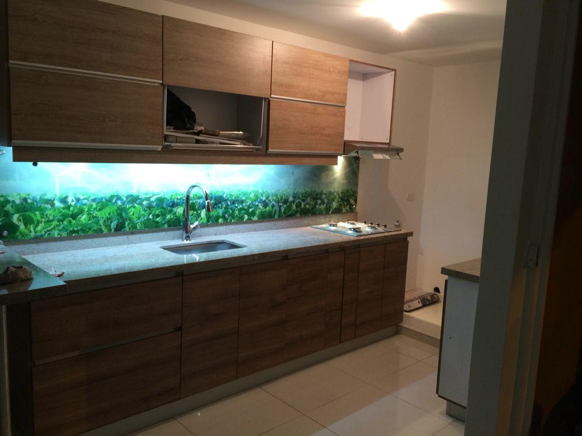 Cocina integral casa 80 m2 herrajes de última generación frente sincrónico amaretto Salpicadero vidrio templado con imagen de campo aemejando una gran ventana, luz indirecta bajo muebles aéreos
