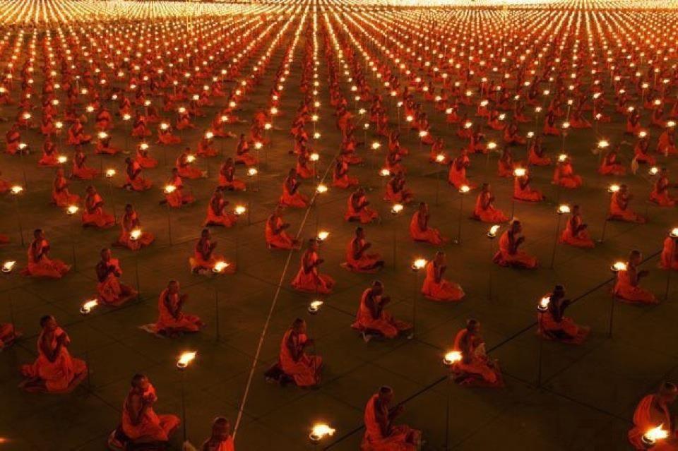 100.000 monges meditando pelo Planeta.  100.000 monks meditating for the planet.  Dhammakaya Temple (Bangkok)