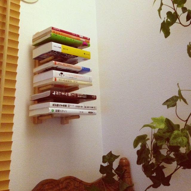 女性で、3LDKのディッシュスタンド/自作/100均/Loungeについてのインテリア実例を紹介。「本が増えてきたので、100均で購入したディッシュスタンドを壁面に取り付けて、本の仮置き場にしました。」(この写真は 2013-07-28 23:52:54 に共有されました)