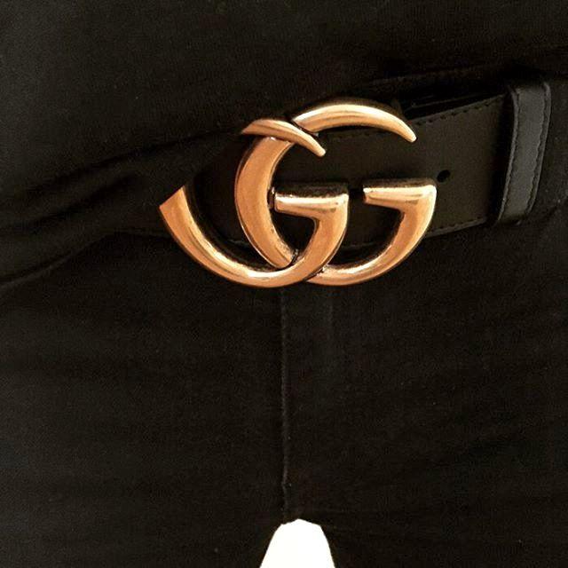 bc76163bfa76 Rien de tel qu une ceinture Gucci pour relever un total look noir !  (instagram Caroline Blomst)