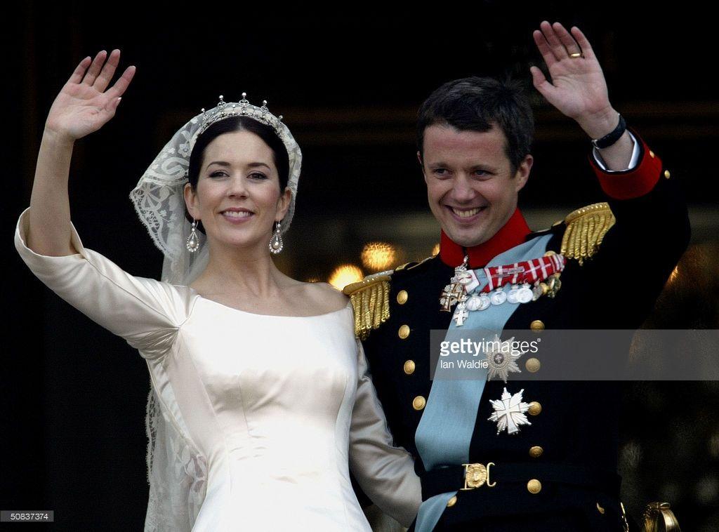 Danish Crown Prince Frederik and his bride Princess Mary wave as the... Fotografía de noticias | Getty Images