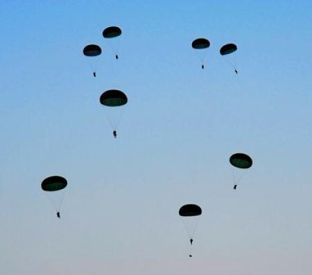 I pacchi Amazon piovono dal cielo: arrivano le consegne via paracadute  CorCom      Amazon continua a scommettere sulle modalità ...