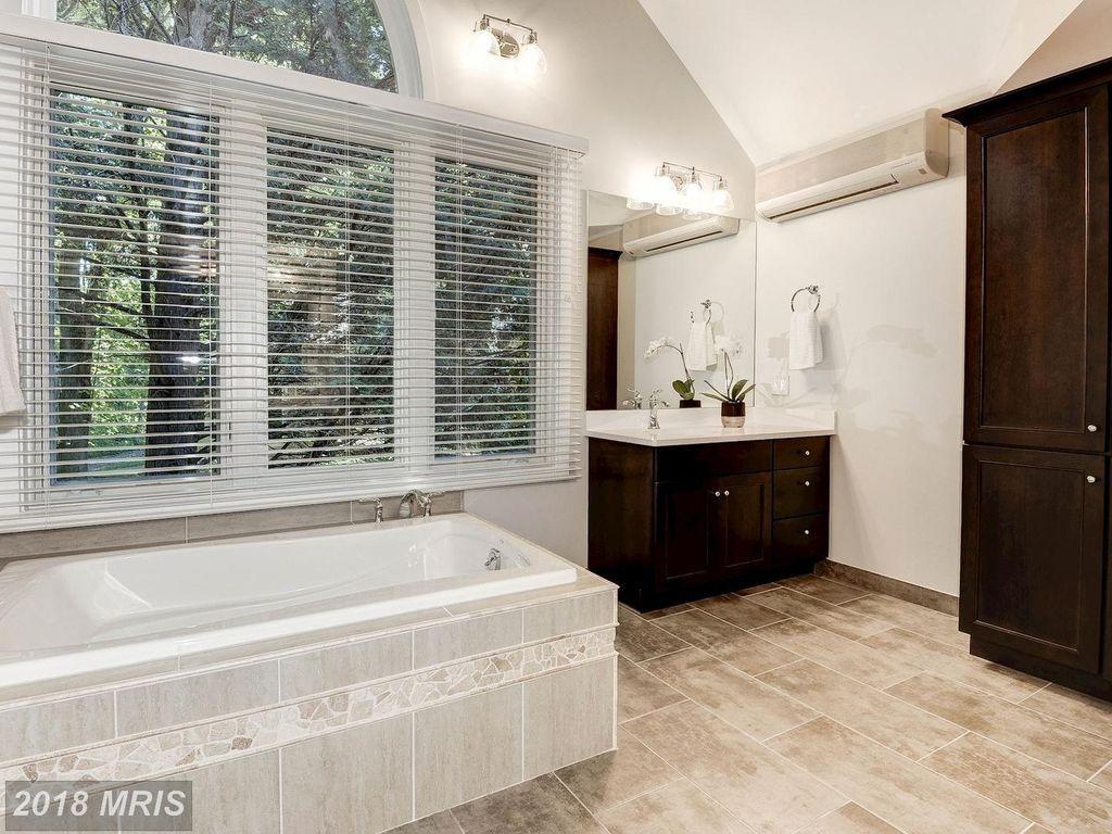 1618 Woodstock Ln Reston Va 20194 Zillow Bathroom Bathtub