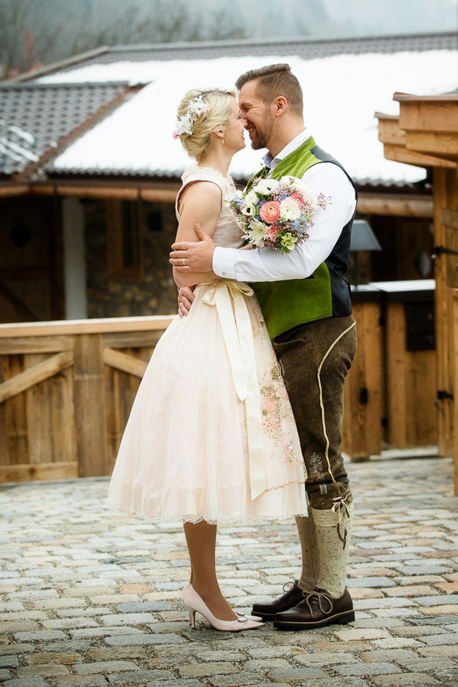 Kleiner Boho Brautstrauß in hängender Form in den Pantone ...